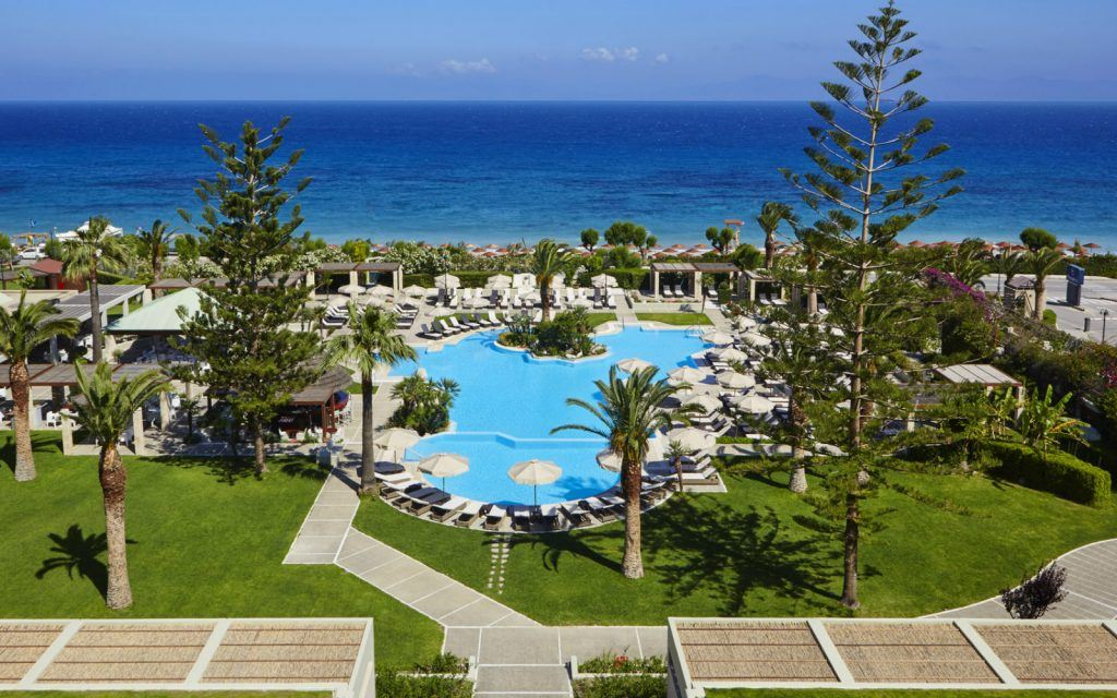 features-at-the-sheraton-rhodes-resort-greece-main-swimming-pool-and-view-to-the-private-beach_1600x1000